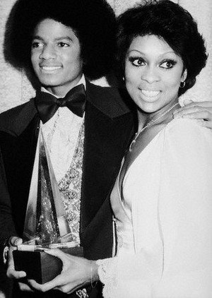 Michael And Lola Falana Backstage At The 1977 American 音乐 Awards
