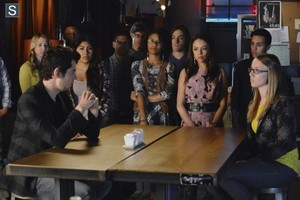 """Pretty Little Liars 5.05 """"Miss Me x 100"""" - promotional mga litrato"""