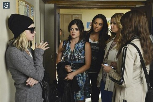 maldosas série de televisão wallpaper probably containing a well dressed person and a business suit called Pretty Little Liars - Episode 5.06 - Run, Ali, Run - Promo Pics