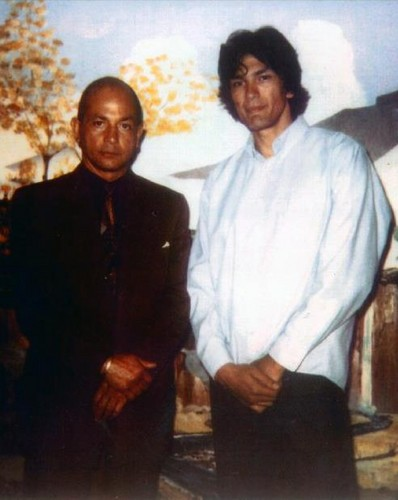 Serial Killers پیپر وال possibly with an outerwear, a workwear, and a well dressed person called Richard Ramirez with author, Philip Carlo