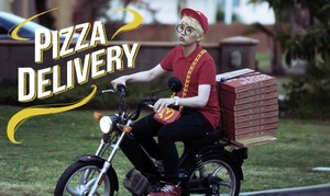Sandeul a pizza, bánh pizza delivery boy for B1A4's 'Solo Day'