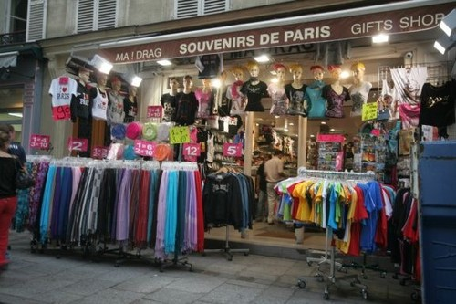 Sini12 바탕화면 called Souvenir Store In Paris, France