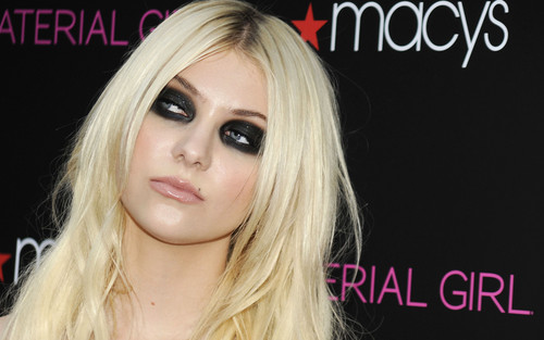 Taylor Momsen پیپر وال containing a portrait entitled Taylor Momsen
