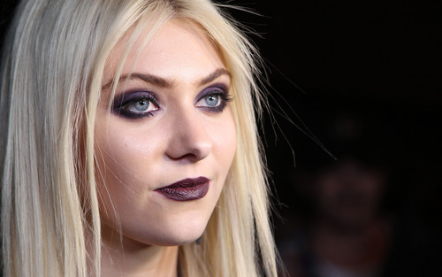 taylor momsen wallpaper containing a portrait titled Taylor Momsen