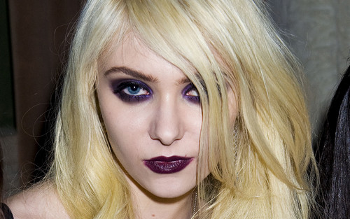 Taylor Momsen پیپر وال containing a portrait titled Taylor Momsen