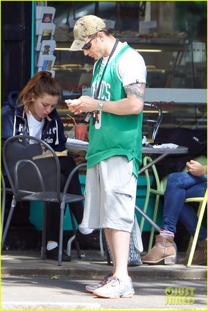 Tom Stops off for a Spot of Brekkie at London Cafe
