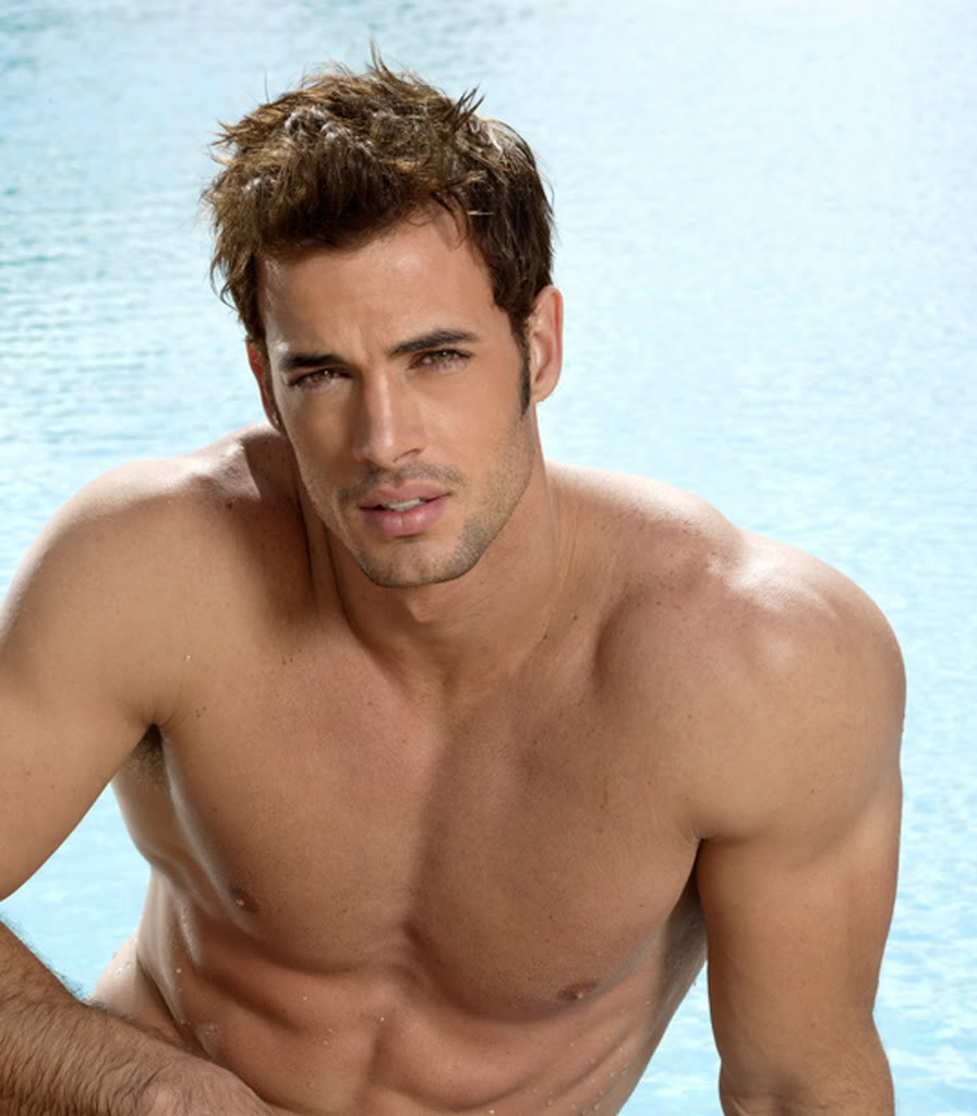 William Levy shirtless en la piscina