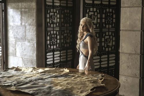 Daenerys Targaryen wallpaper containing a sign entitled daenerys targaryen