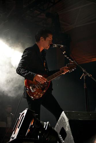 Arctic Monkeys karatasi la kupamba ukuta containing a guitarist and a tamasha called live at summerfest