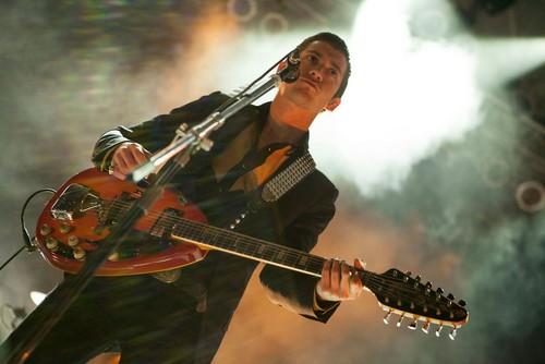 Arctic Monkeys karatasi la kupamba ukuta probably with a guitarist called live at summerfest