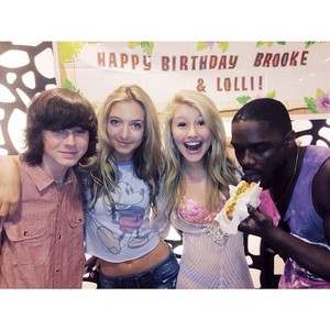 Chandler with Hana, Brooke and Klarity a few days Vor