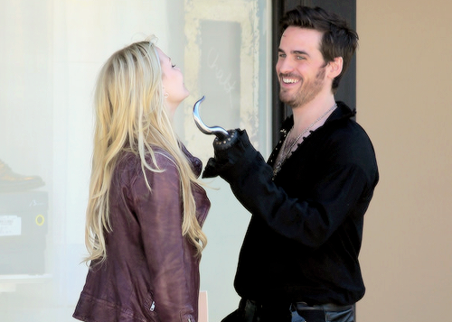 Colin O'Donoghue kertas dinding called Colin O'Donoghue and Jennifer Morrison ❤