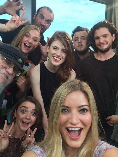 Game of Thrones karatasi la kupamba ukuta called Game Of Thrones Cast @ Comic Con 2014