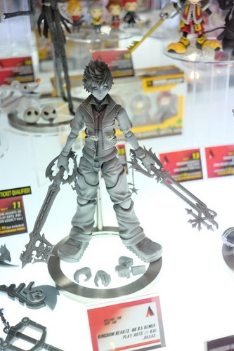 কিংডম হার্টস্‌ দেওয়ালপত্র containing an ice hockey and an ice hockey rink called NEW Dual Wielding Roxas Play Arts Kai Figure!