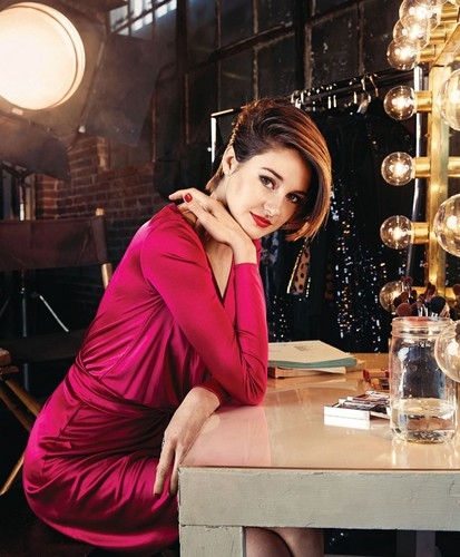 Shailene Woodley wallpaper possibly containing a brasserie and a dinner table called Shailene Woodley