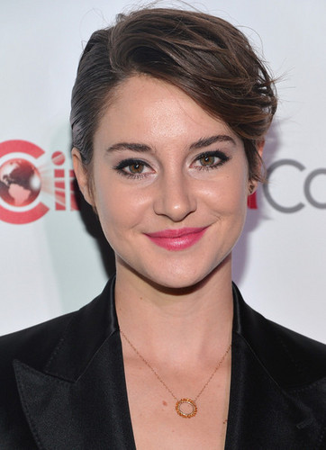 Shailene Woodley kertas dinding possibly with a business suit, a well dressed person, and a portrait called Shailene Woodley