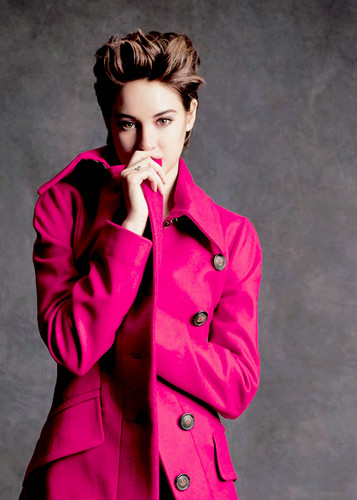 Shailene Woodley wallpaper probably containing a trench coat called Shailene ♥