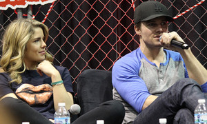 Stephen Amell and Emily Bett Rickards at the Mũi tên xanh panel at Walker Stalker Con, March 16th, 2014.