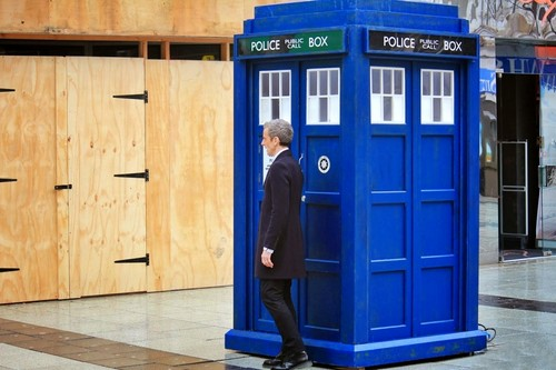 Doctor Who karatasi la kupamba ukuta containing a telephone booth entitled Twelve and Tardis