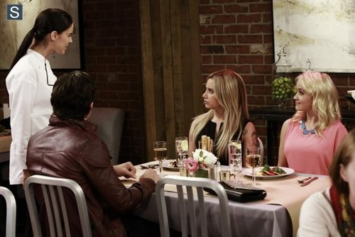 Young & Hungry achtergrond containing a restaurant, a avondeten, diner table, and a brasserie called Young and Hungry - Episode 1.03 - Young & Lesbian - Promotional foto's