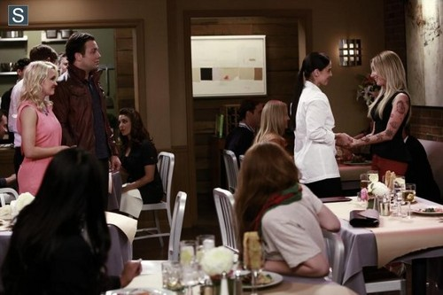 Young & Hungry fond d'écran containing a restaurant, a brasserie, and a dîner table, tableau titled Young and Hungry - Episode 1.03 - Young & Lesbian - Promotional photos