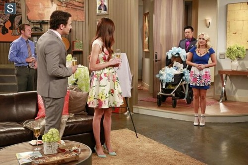 Young & Hungry fond d'écran possibly containing a bouquet titled Young and Hungry - Episode 1.04 - Young & Pregnant - Promotional photos