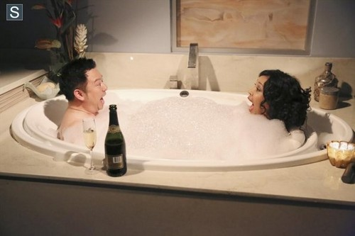 Young & Hungry achtergrond with a hot tub and a bathtub called Young and Hungry - Episode 1.06 - Young & Punchy - Promotional foto's