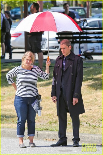 Wentworth Miller Hintergrund with a parasol and a business suit titled : Wentworth Miller is a silver fuchs with his new grey hair on the set