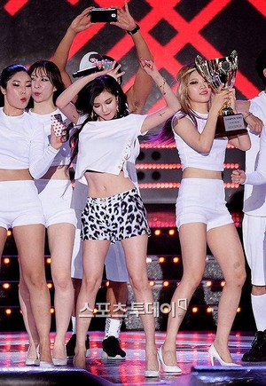 140806 hyuna Red Winner @ mostrar Champion