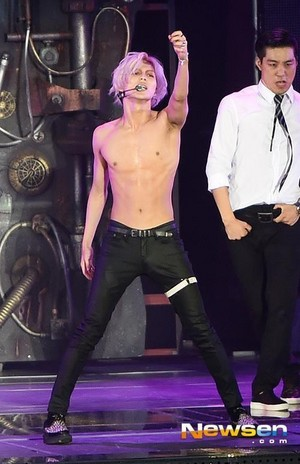 140815 SMTOWN in SEOUL 4 - SILVER HAIR SHIRTLESS TAEMIN