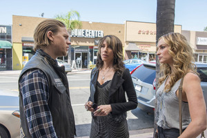 7x01 - Black Widower - Jax, Gemma and Wendy