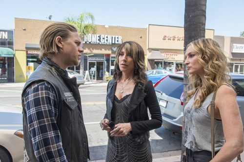Sons Of Anarchy wallpaper with a street, a pelican crossing, and a carriageway entitled 7x01 - Black Widower - Jax, Gemma and Wendy