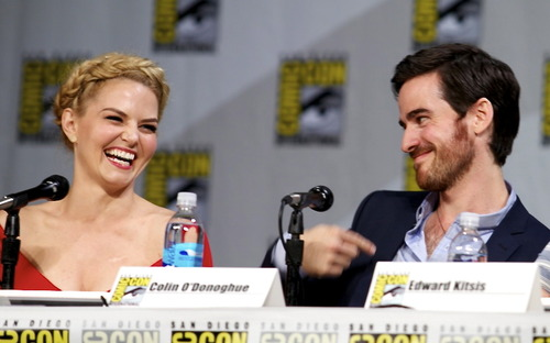 Colin O'Donoghue kertas dinding entitled Colin O'Donoghue and Jennifer Morrison - Comic Con 2014 ❤