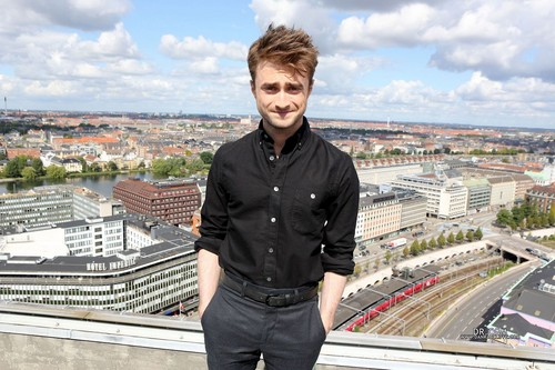 Daniel Radcliff fond d'écran containing a business district, a street, and a resort titled Daniel Radcliffe
