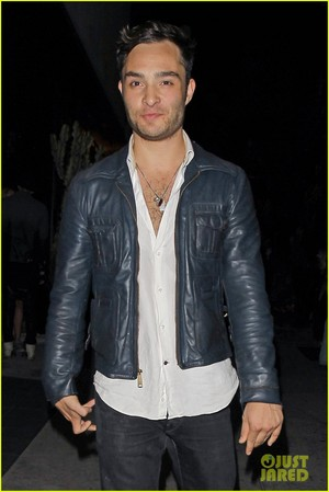 Ed Westwick Keeps His camisa, camiseta Unbuttoned