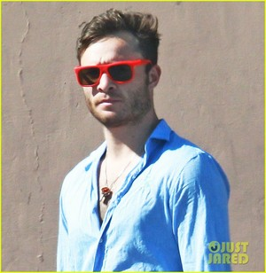 Ed Westwick Stops 由 Rite Aid Pharmacy for a Set of Crutches