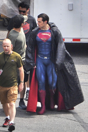 Exclusive: Superman Shows Off New Suit In 'Dawn Of Justice' Set mga litrato