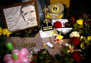 bunga are placed in memory of actor/comedian Robin Williams' Walk of Fame bintang in the Hollywood