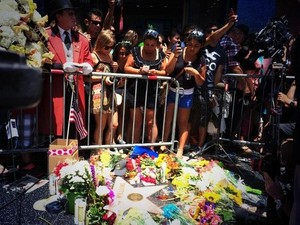 fleurs placed at Robin Williams's étoile, star Walk Of Fame In Hollywood August 11th 2014 LEGENDS NEVER DIE
