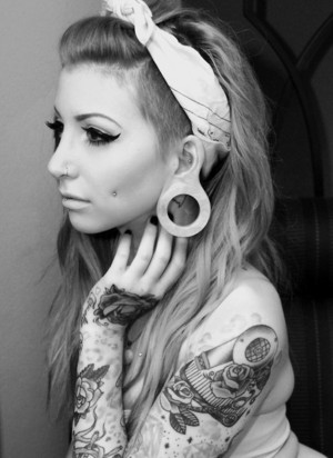 Girl with Plugs, टैटू and piercings