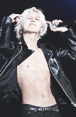 HOT SEXY SHIRTLESS TAEMIN WITH SILVER HAIR