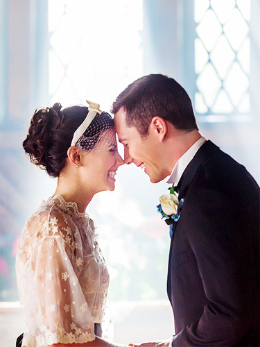 Luke Macfarlane Hintergrund with a bridesmaid and a business suit called Hallmark Movie Channel's The Memory book(2014)