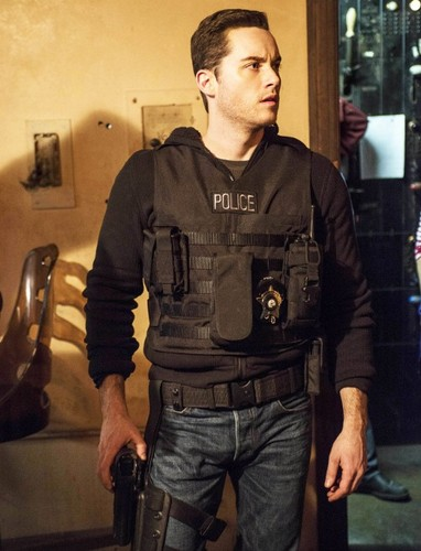 TV Male Characters wallpaper probably containing fadigas, fadiga, a bulletproof vest, and a green boina entitled gaio, jay Halstead (Chicago P.D.)