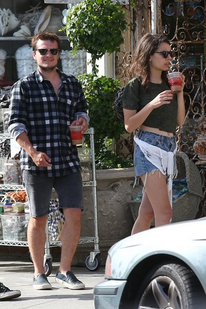 Josh Hutcherson and Claudia Traisac on Abbot Kinney in Venice 바닷가, 비치
