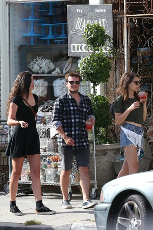 Josh Hutcherson and Claudia Traisac on Abbot Kinney in Venice de praia, praia