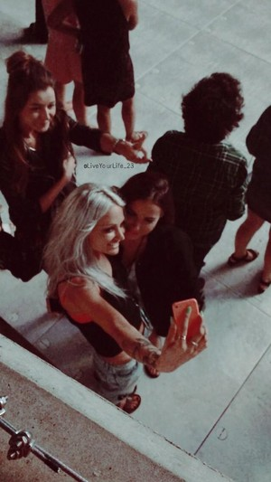 Lou and Sophia taking a selfie and getting foto bombed da Eleanor