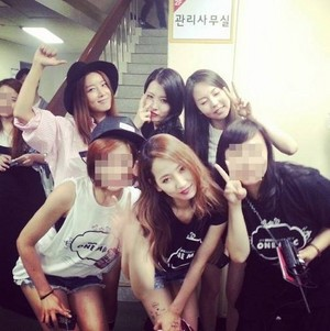 Yenny (HA:TFELT) posts foto of Wonder Girls reunion
