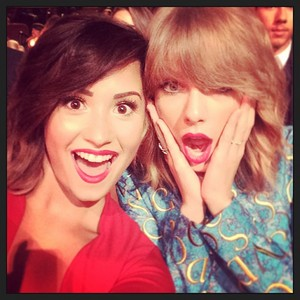 ddlovato: Look who I got to see tonight!!!! ❤❤❤ 你 @taylorswift 👯 #VMAs2014