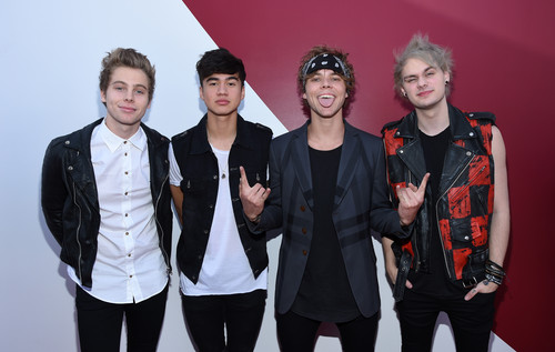 5 segundos of summer wallpaper containing a well dressed person and a business suit titled 5Sos