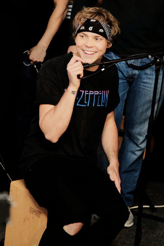 Ashton Irwin fondo de pantalla with sunglasses called Ashton Irwin